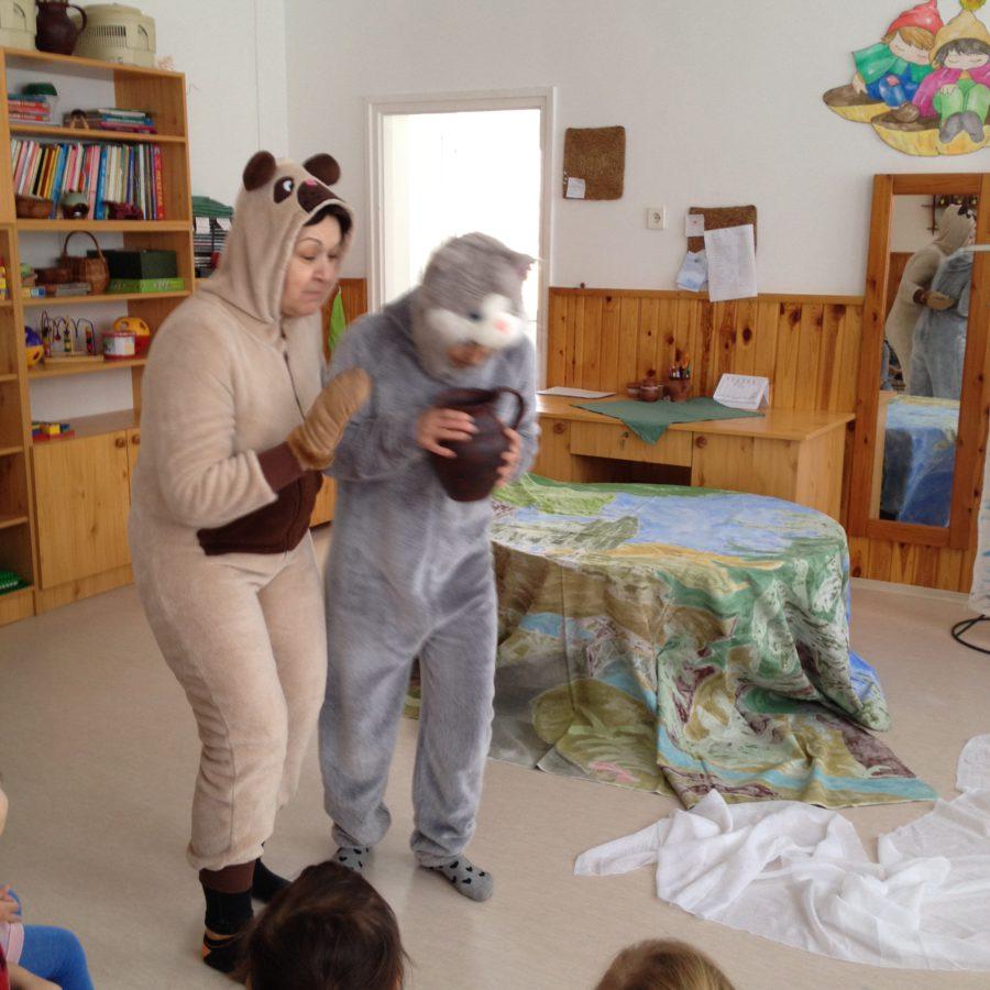 A medve, a macska és a bödön vaj mese előadása